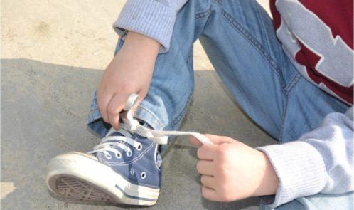bimbo-allaccia-scarpe-2